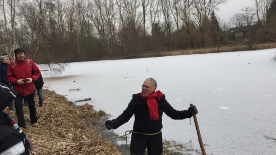 Der Schneider Mario-Kaeber prüft das Eis vom Wiesensee 2017